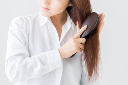 髪の毛をとかす