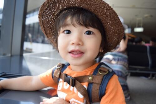 麦わら帽子をかぶった赤ちゃん